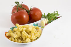 Ajo, tomate, perejil y pastas Fotografía de archivo