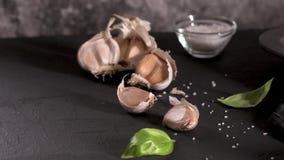 Ajo y hojas frescas de la albahaca metrajes