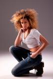 Ajoelhamento atractive bonito da mulher da American National Standard Fotografia de Stock