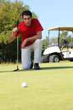 Ajoelhamento do jogador de golfe. fotografia de stock