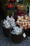 Ajos y cebollas en un mercado Fotografía de archivo libre de regalías