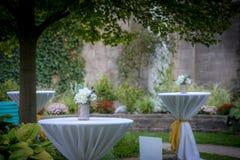 Ajourne des arrangements pour une cérémonie de mariage images libres de droits