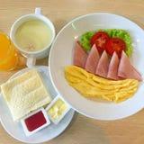 ajournez complètement de la nourriture faite maison, en appréciant le dîner, le Tableau avec la nourriture et la boisson Image libre de droits