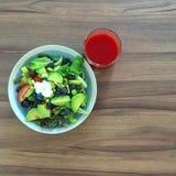 ajournez complètement de la nourriture faite maison, en appréciant le dîner, le Tableau avec la nourriture et la boisson Photographie stock