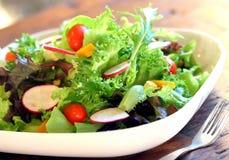 ajournez complètement de la nourriture faite maison, en appréciant le dîner, le Tableau avec la nourriture et la boisson Photo stock