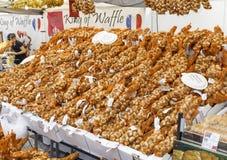 Ajournez complètement des bouquets d'oignon sur un marché à Helsinki Image libre de droits