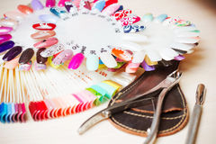 Ajournez complètement des ustensiles de manucure, les outils de manucure, couleurs de vernis à ongles sur la palette Cloue des ac Photographie stock