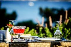 Ajournez l'arrangement avant dîner dans un restaurant sur la plage images libres de droits