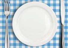 Ajournez l'arrangement, le plat vide et l'argenterie sur la serviette, vue supérieure Photographie stock