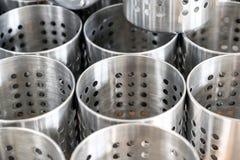 Ajournez la configuration Les fourchettes, les couteaux et les cuillères dans le style de vintage zinguent le support de couverts photo libre de droits