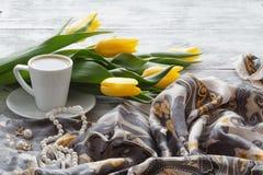 Ajournez la femme après réception d'un bouquet des fleurs Images stock
