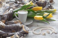 Ajournez la femme après réception d'un bouquet des fleurs Photo stock