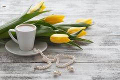 Ajournez la femme après réception d'un bouquet des fleurs Images libres de droits