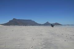 Ajournez la montagne Cape Town du photographe de plage de Milnerton sur la plage Photographie stock