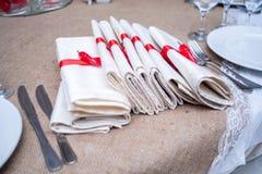 Ajournez la portion avec des oeillets et des fleurs d'anémone, table, fourchette, couteau, plat, ensemble, arrangement, fond, déc photos stock