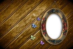 Ajournez s'arrêter vide sur un vieux mur de bois avec des Bu Photos stock