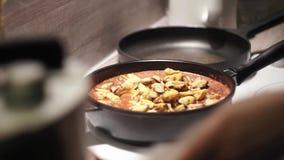 Ajoutant plus de mussles dans un sause et une agitation de tomate de lui clips vidéos