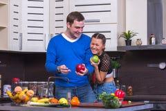 Ajouter à Apple dans la cuisine Photo stock