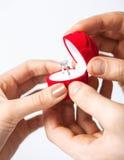 Ajouter à l'anneau et au boîte-cadeau de mariage Photo libre de droits