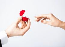 Ajouter à l'anneau et au boîte-cadeau de mariage Photographie stock