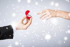 Ajouter à l'anneau et au boîte-cadeau de mariage Images stock