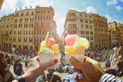 Ajouter à la belle glace italienne douce lumineuse avec différentes saveurs dans les mains photos stock