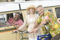Ajouter à la bicyclette et à l'ami dans le rv Image stock