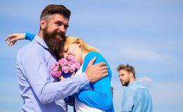 Ajouter à la date romantique de bouquet Mari ex jaloux sur le fond Couples dans l'amour datant le jour ensoleillé extérieur, ciel Image libre de droits