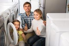 Ajouter à la fille sélectionnant la machine à laver Photos stock