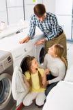 Ajouter à la machine à laver de achat d'enfant Photos libres de droits