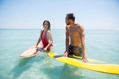 Ajouter à la planche de surf se tenant en mer Photographie stock