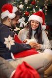 Ajouter à la surprise de présents sur Noël Photo libre de droits