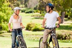 Ajouter à leurs vélos à l'extérieur Photographie stock