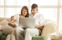 Ajouter âgés par milieu à un ordinateur Photo stock