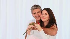Ajouter âgés par milieu affectueux à une rose banque de vidéos
