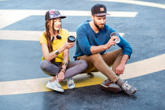 Ajouter élégants à la planche à roulettes dehors Image libre de droits