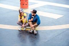 Ajouter élégants à la planche à roulettes dehors Photos stock
