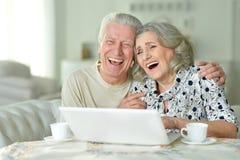 Ajouter aînés à l'ordinateur portatif Photo stock