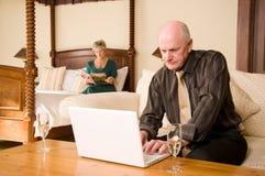 Ajouter aînés à l'ordinateur portatif Image libre de droits