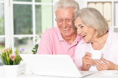 Ajouter aînés à l'ordinateur portatif Images libres de droits