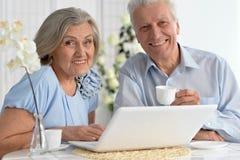 Ajouter aînés à l'ordinateur portatif Photos libres de droits