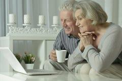 Ajouter aînés à l'ordinateur portatif Photo libre de droits