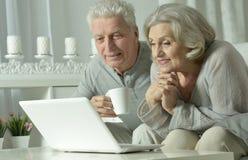 Ajouter aînés à l'ordinateur portatif Image stock