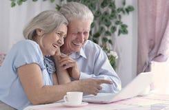 Ajouter aînés à l'ordinateur portatif Photographie stock libre de droits