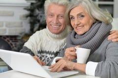 Ajouter aînés à l'ordinateur portatif Photos stock
