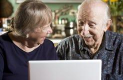 Ajouter aînés à un ordinateur portable Photo libre de droits