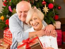 Ajouter aînés aux cadeaux Images libres de droits