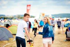 Ajouter adolescents au vélo au festival de musique d'été Image stock
