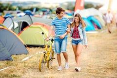 Ajouter adolescents au vélo jaune au festival de musique d'été Photo stock