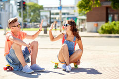Ajouter adolescents aux planches à roulettes sur la rue de ville Photos stock